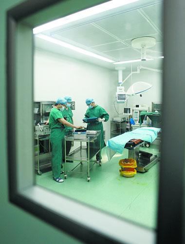 严格净化   各手术室空气净化系统在手术室墙面四角、净化