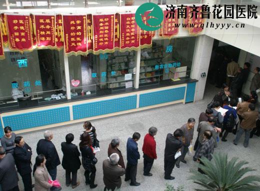 去年重阳节查体排队等候体检的老年人