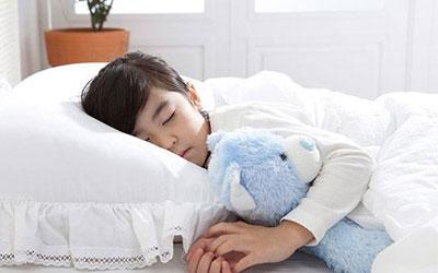 和小朋友们吵架,这些因素都会让孩子精神紧张,导致孩子晚上睡觉的时候